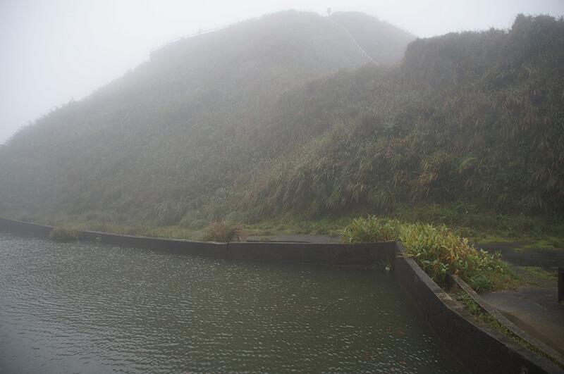小池塘旁的視角,前方山丘上就是最有名的抹茶山觀景平台!