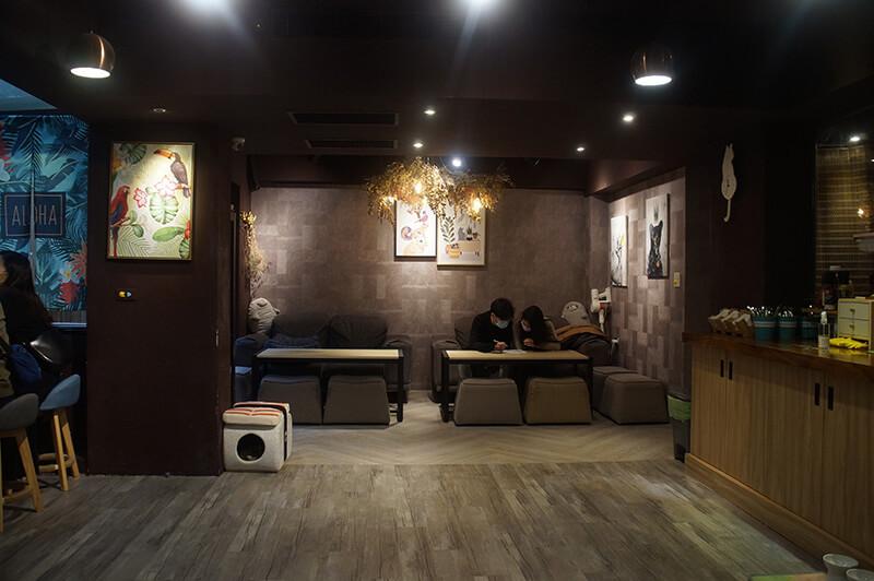 中島後方的用餐區,