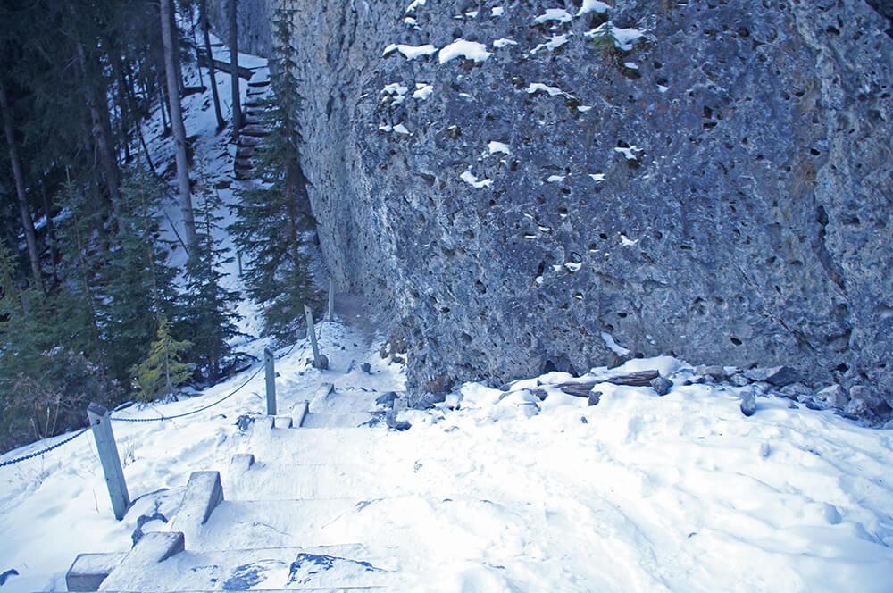 樓梯積滿了雪,其實很滑,真的要小心。