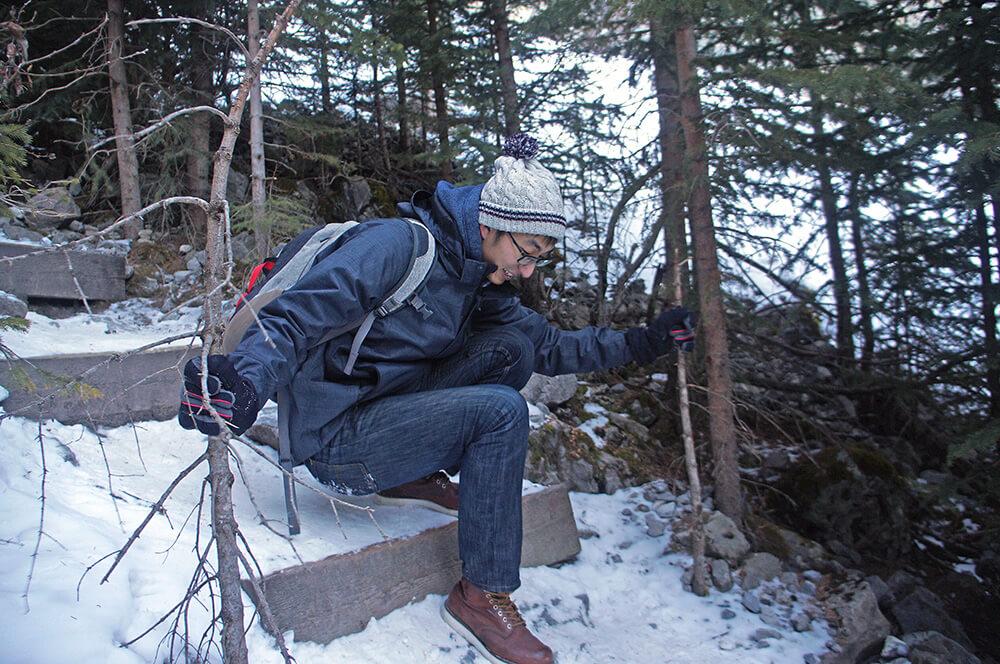 抓著樹枝,因為沒有繩索可以抓