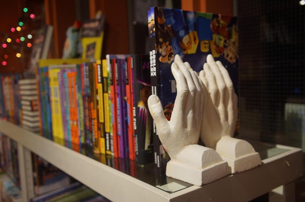 特色書擋,超酷!兩隻手。