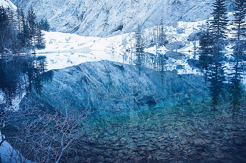 清澈透明的湖水,倒映著周遭景色,忘憂森林?夢幻谷?