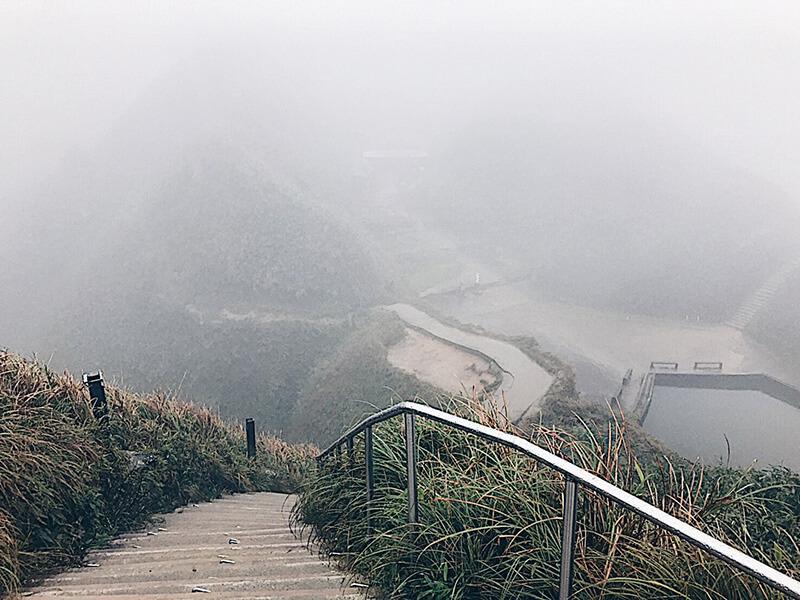 山頂觀景台,右下方是小池塘,左手邊是抹茶山。