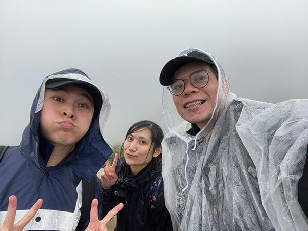 濕淋淋的我們!雨天抹茶山山頂超冷!