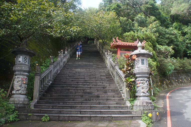碧山巖開漳聖王廟平常日的石階長這樣,這是入口起點。