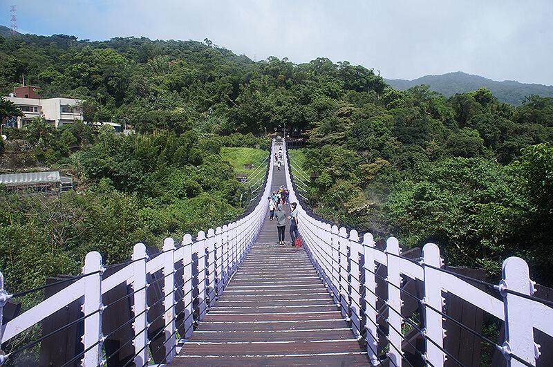 紫色的白石湖吊橋