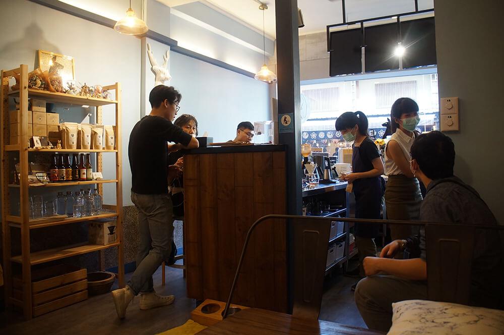 「镹 coffee」一進門的廚房與吧台,照片是內部往入口玻璃門拍照的角度。