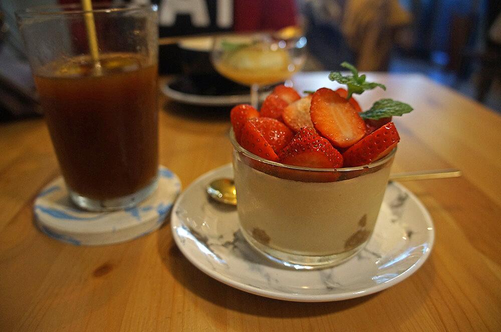 我的「檸檬咖啡」與「草莓酒鬼提拉米蘇」。