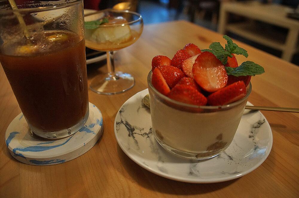 好吃好吃!「镹 coffee.dessert」草莓酒鬼提拉米蘇。