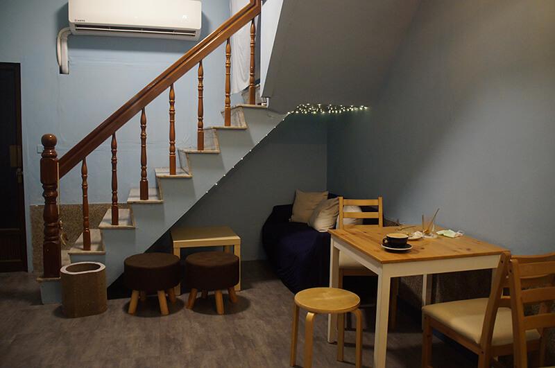 「镹 coffee」內部空間,一個很可愛的沙發在樓梯下方。