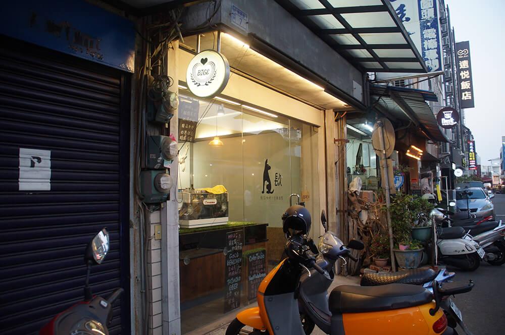 對面可愛的台南貓咖啡「镹 coffee」,酒鬼提拉米蘇好吃。