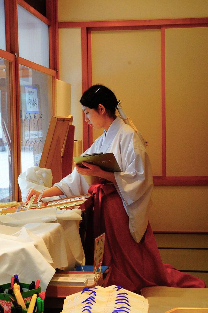 偷拍靖國神社很美的巫女姊姊,專注工作的樣子。