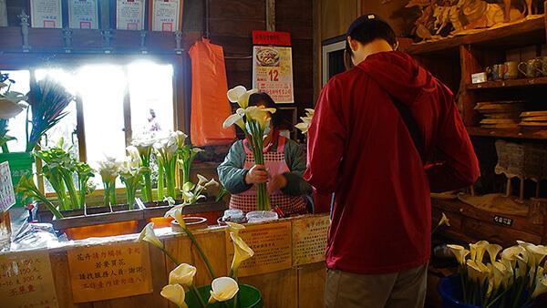 咖啡廳內幫忙包裝海芋的櫃檯。