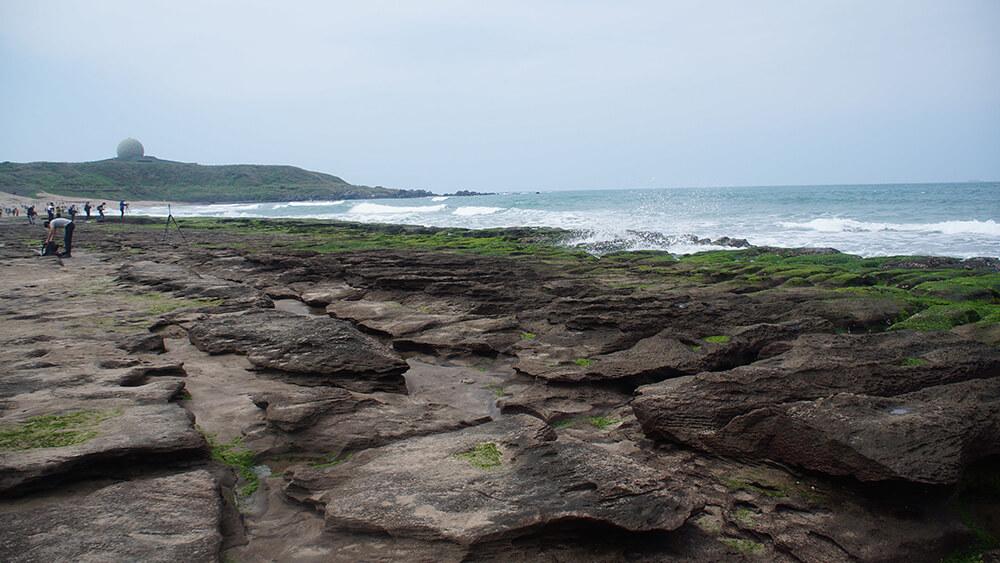 老梅綠石槽,沿著海岸滾滾浪花不斷的打上來!
