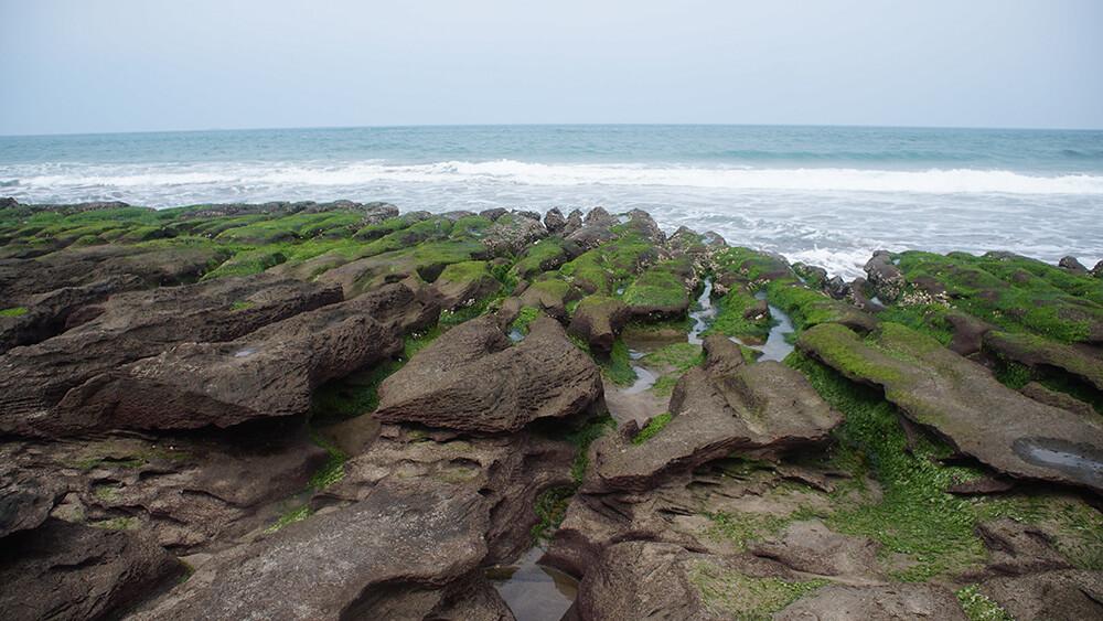 後方的岩石更為立體,浪花也更大喔!