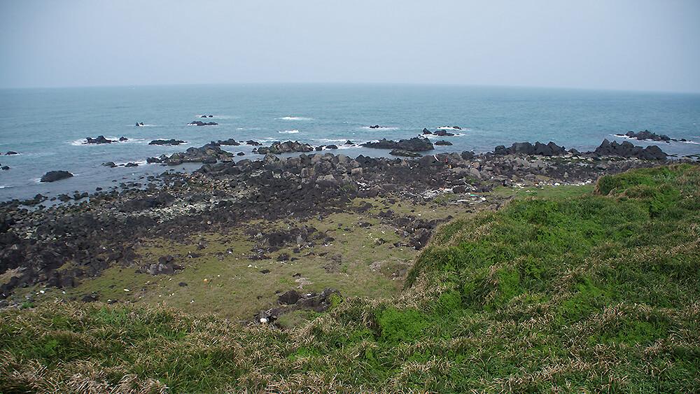燈塔上看下去的海岸風景。