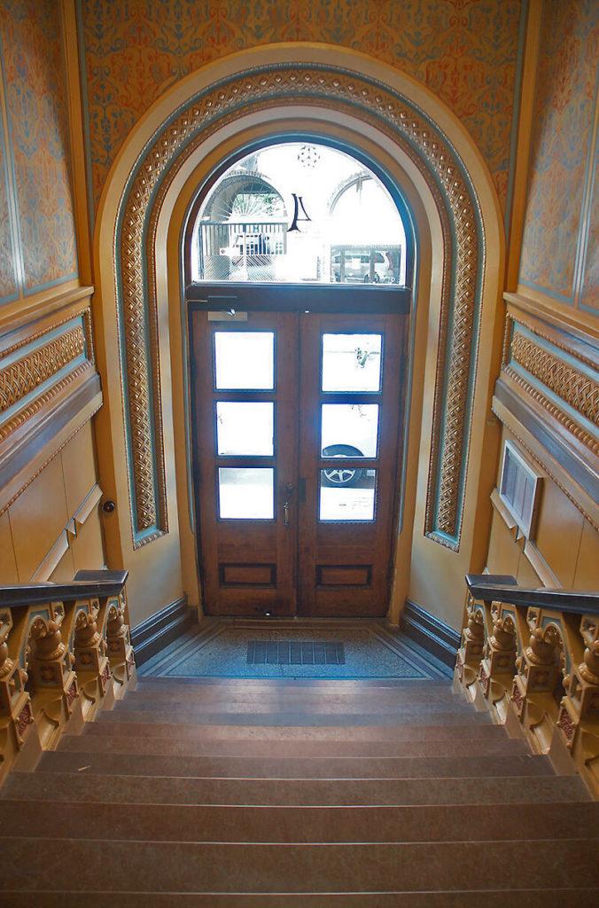大門樓梯口,歷史好悠久的住家。
