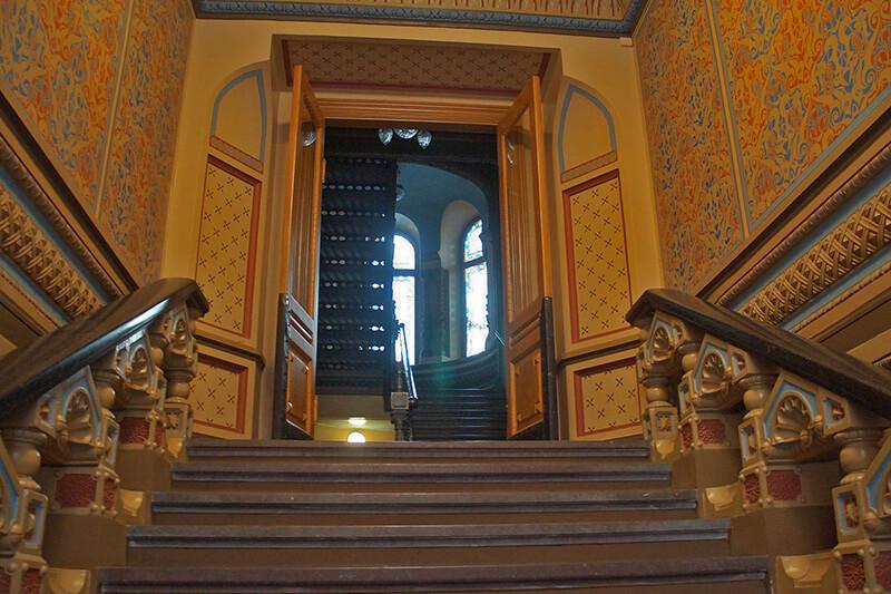 Airbnb住到城堡古宅,對開的樓梯,左右延伸上去!