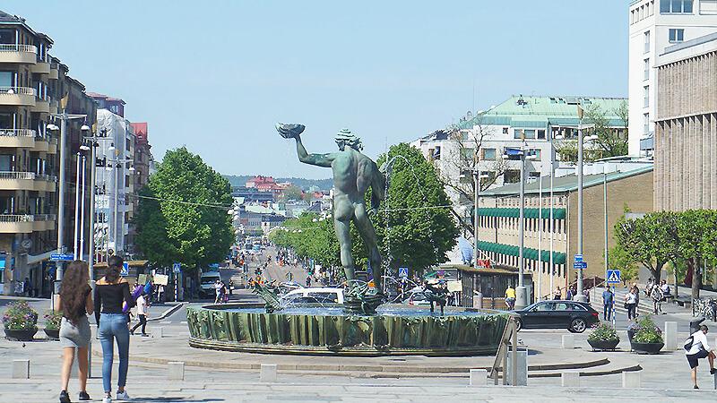 美術館前方的海神噴泉,前方則是國王大道,兩側皆為商店街。