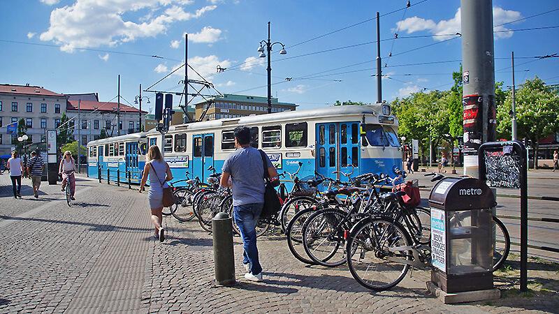 穿梭在城市間極具特色,復古藍白瑞典電車!