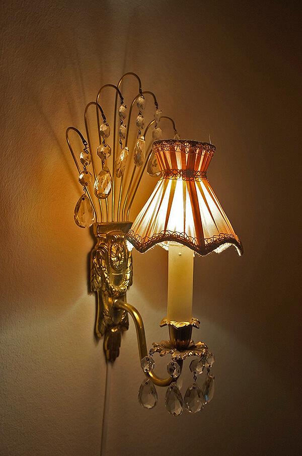房間入口處掛燈,漂亮細緻。