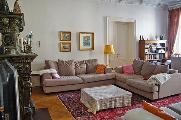 豪華客廳壁爐,牆上是細膩的畫作,很溫暖的家。