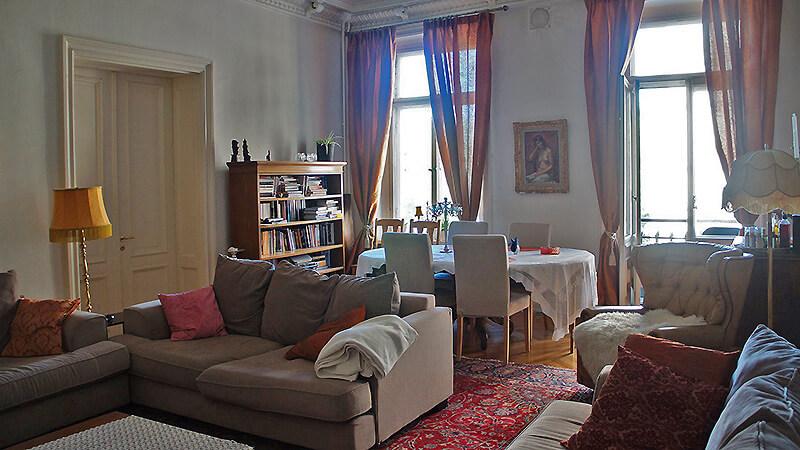 家裡的大客廳,牆上都是掛畫,陽台可以走出去。