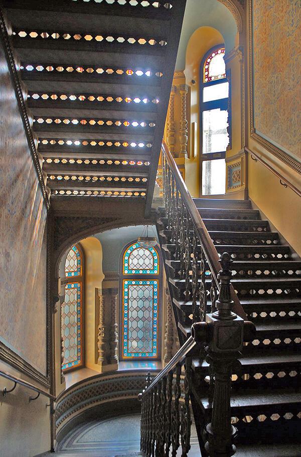 Airbnb住到城堡,屋內旋轉樓梯十分典雅。
