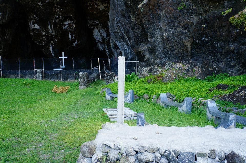 很深之意的五孔洞,附近有很多十字架的洞窟,