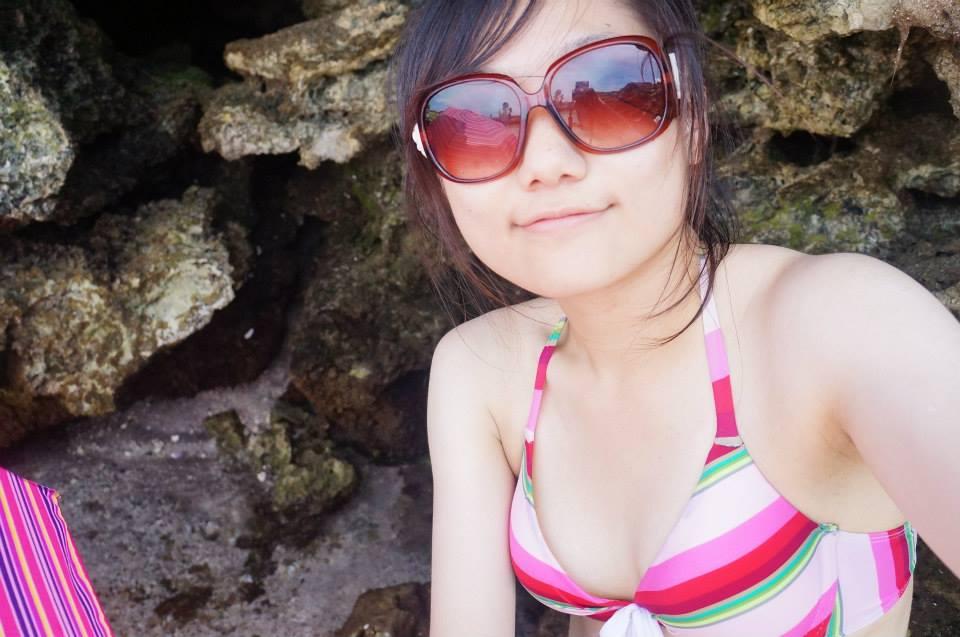 必備的太陽眼鏡&泳衣,眼鏡反射了周圍朋友、湛藍天空、山景、小紅傘,超酷!