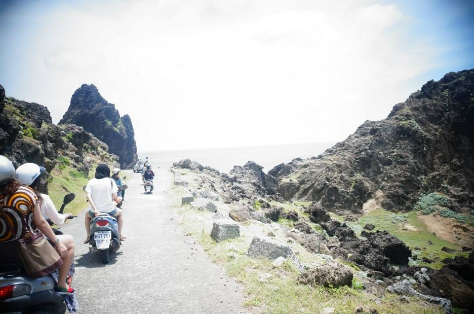 蘭嶼北方多奇岩怪石,路段很特別,風大要小心。