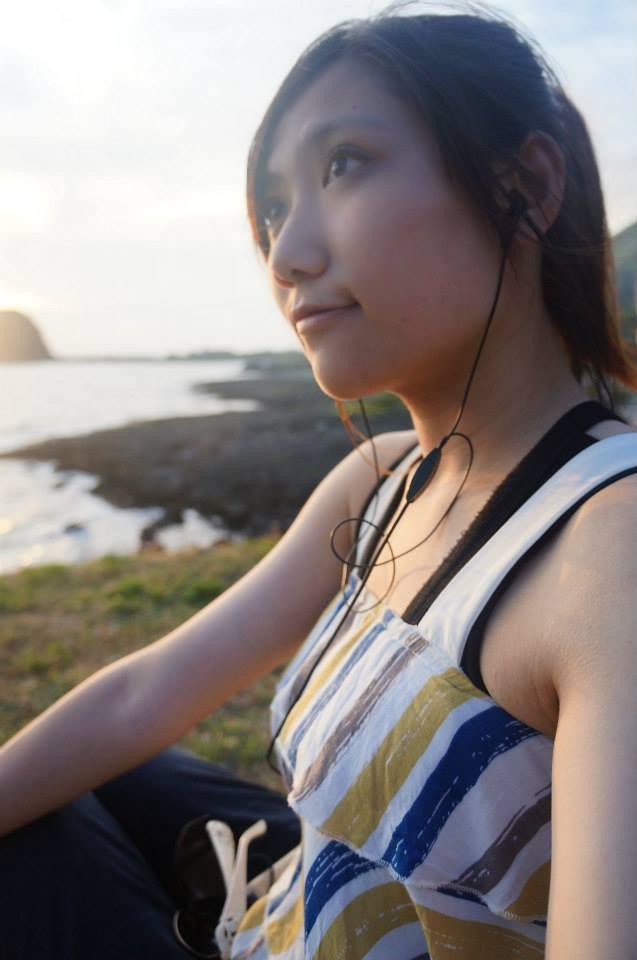2013微貓在虎頭坡看夕陽聽音樂,看耳機有時代感。