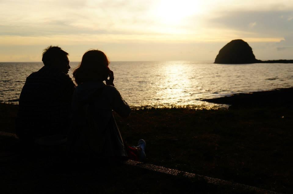夕陽下的虎頭坡,我們坐在草地上,聽音樂看夕陽,時間變得好慢好慢。