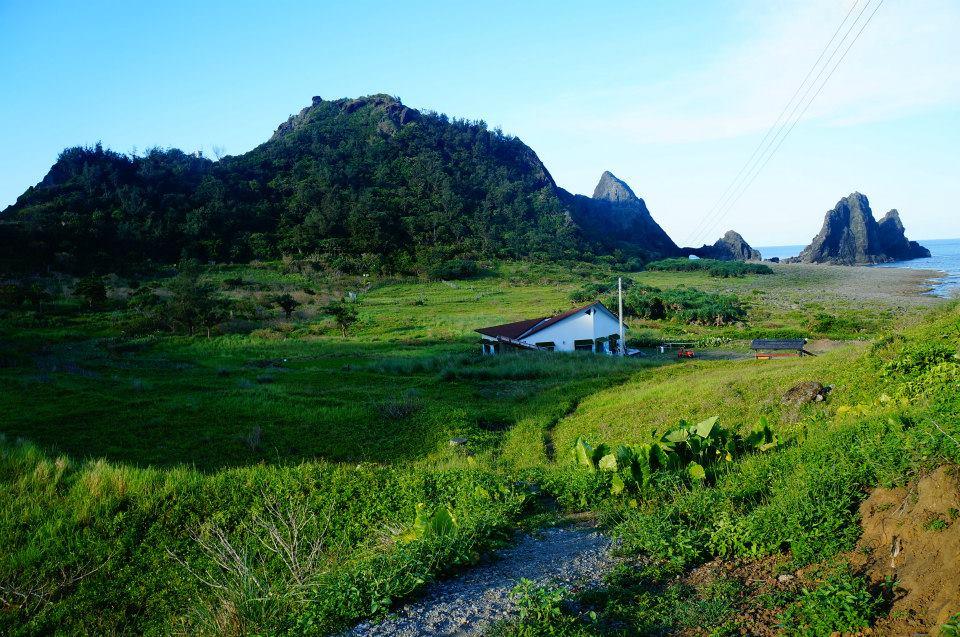 東清秘境附近的風景非常漂亮喔!中間的房子就是「天空的眼睛」民宿。