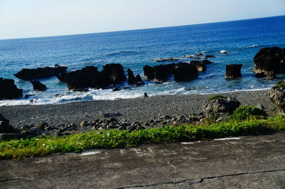 蘭嶼北海岸,洞窟對面的火山岩也十分有個性。
