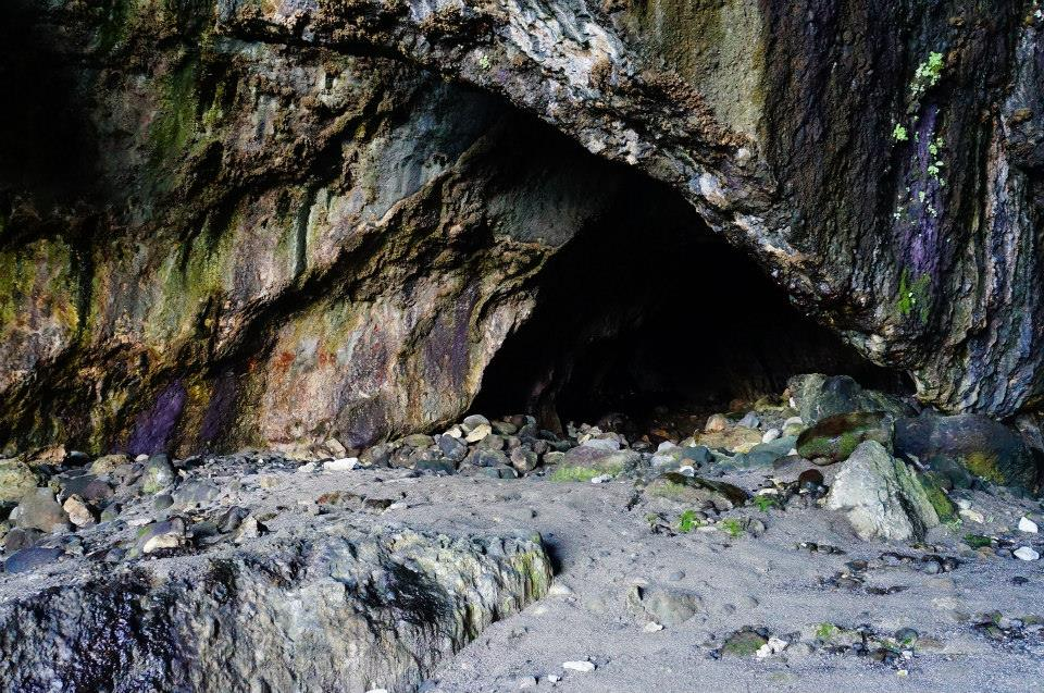 深邃的洞窟極黑,想探險又有點怕怕的。