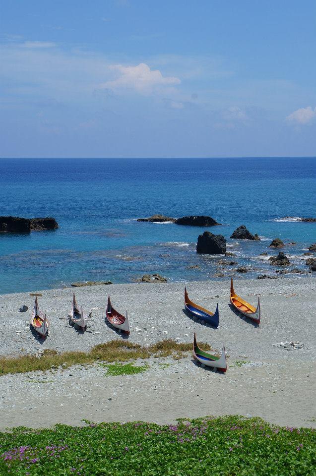 八代灣拼板舟,蘭嶼的大海有一種特殊的藍色漸層,旅人都說這是蘭嶼藍。