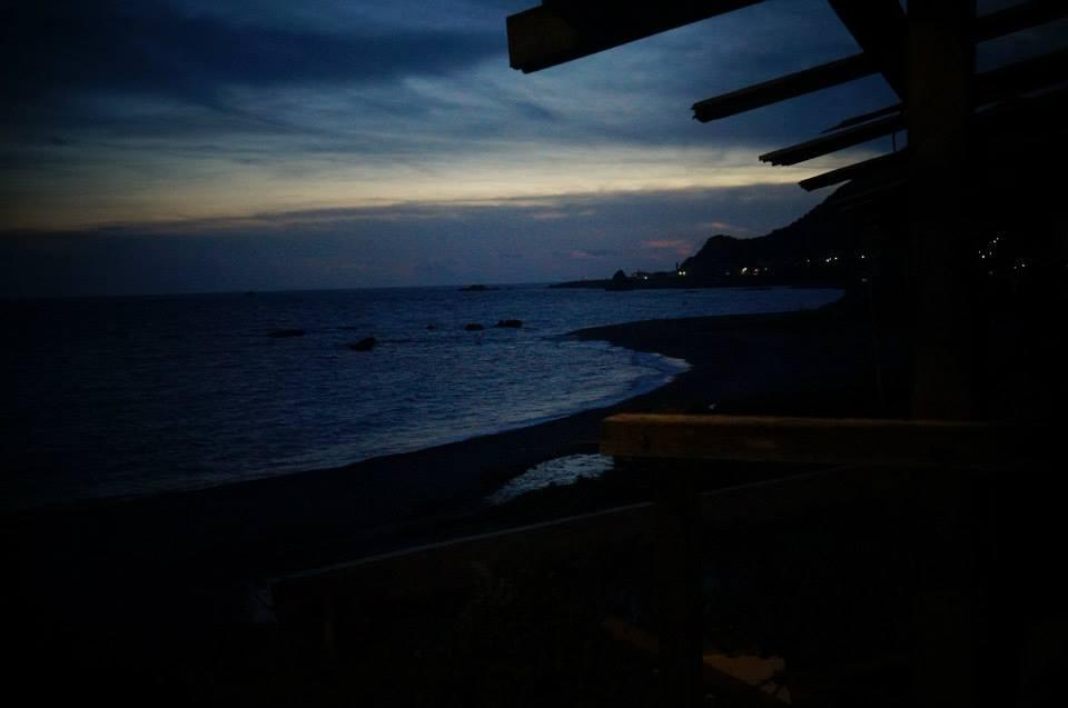 蘭嶼海邊漆黑的夜將至。