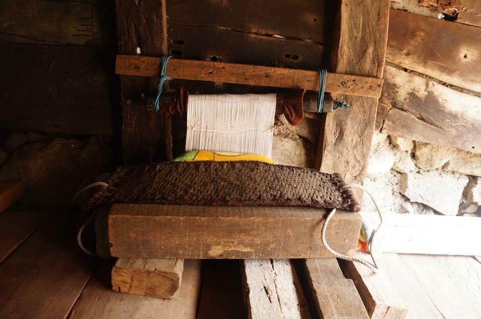 屋外傳統的織布機具。