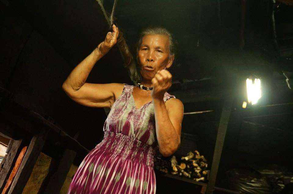 認真導覽的民宿奶奶,分享了屋內的器具,還有達悟族的智慧。