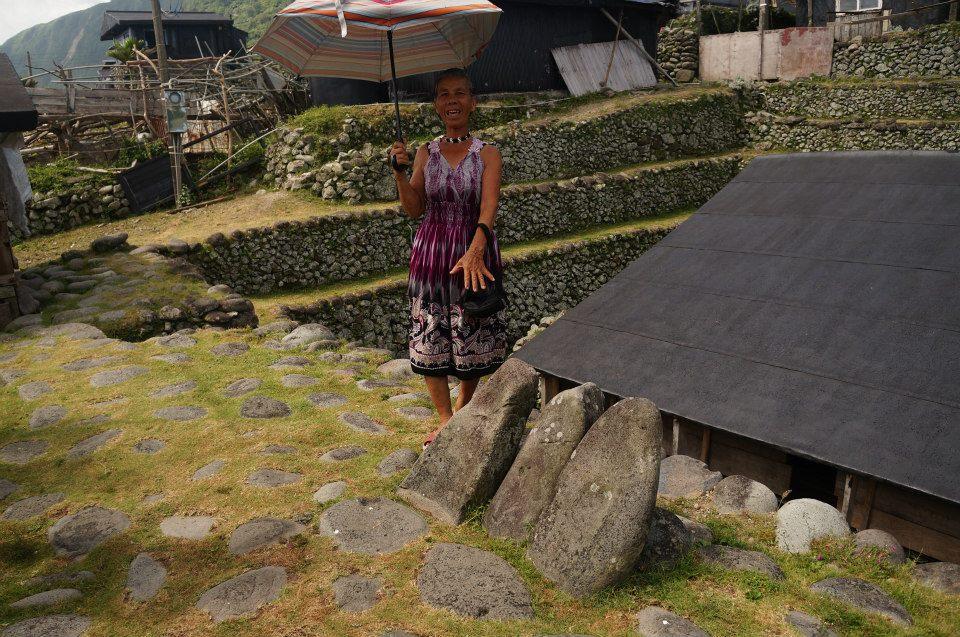 民宿奶奶從外面的石頭開始介紹!這個不是普通的石頭喔,是什麼呢?