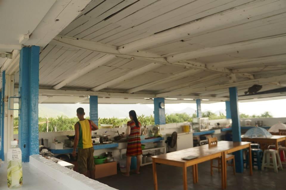 認真幫我們料理食物的二哥與二嫂:)屋外看出去就是大海。