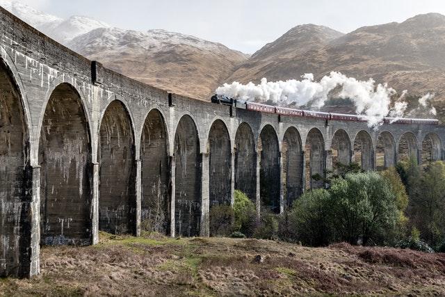 人生列車上,你的生存燃料(基本開銷)越少,就能走得越穩定,富足、踏實、長遠。