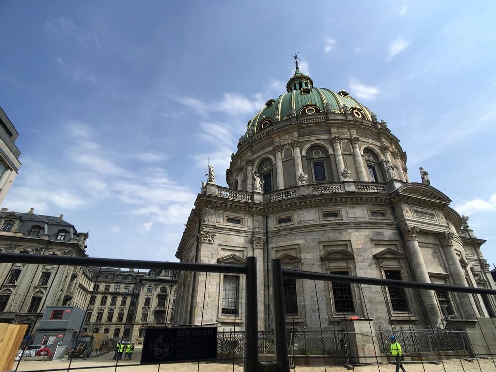 來個遙遠的比例尺,腓特列教堂與下方的黃背心人員。