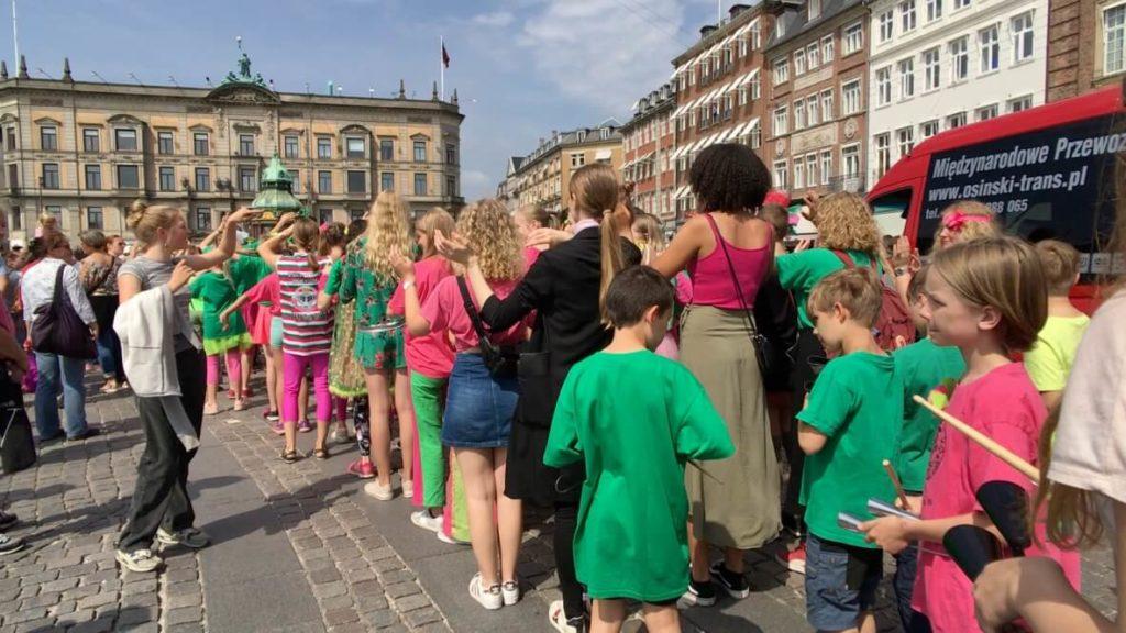 丹麥趕路途中遇到小朋友遊行活動?!
