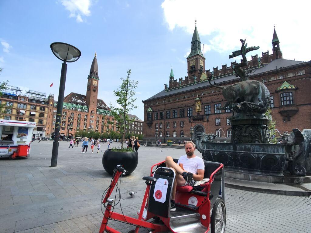 丹麥哥本哈根市政廳廣場,差不多快抵達車站!